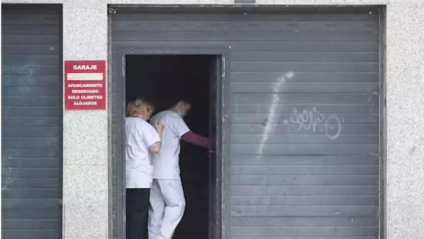 Dos sanitarios protegidos con mascarillas entran al garaje del Hotel City House Florida Norte, un nuevo hotel medicalizado.