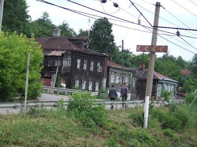 Der Goldene Ring - ein Gürtel alter Städte rund um Moskau - geprägt von alten Holzhäusern einerseits ...