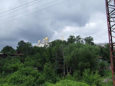 ...und in Gold gedeckten Kirchen und Kreml andererseits, welche einst die Grenze des Moskauer Russ sicherten.