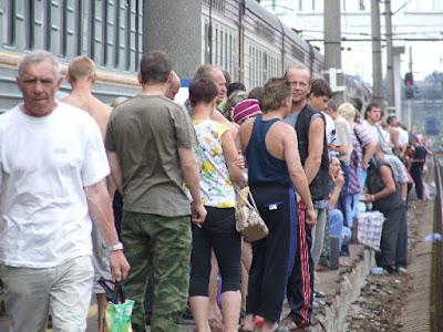 Der Bahnsteig in Wladimir - es scheint, der ganze Zug vertritt sich die Beine.