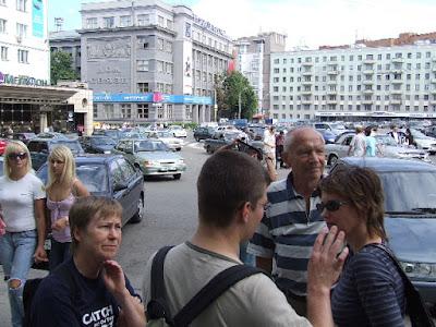 Nach einer Busfahrt vom Bahnhof in die Innenstadt beginnen wir unseren Stadtrundgang am Gorkiplatz.