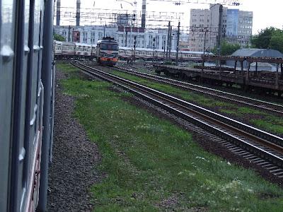 Wir verlassen Minsk. In dieser Kurve wird die Länge unseres Zuges deutlich.