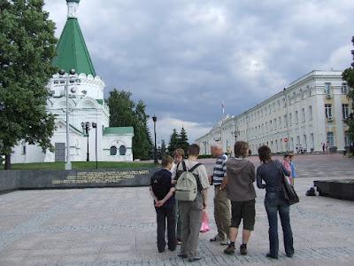 Damals wie heute: Im inneren des Kreml stehen Kirchen und repräsentative Verwaltungsgebäude. Rechts von uns (nicht im Bild) brennt die ewige Flamme, dahinter bildet die Kremlmauer einen majestätischen Balkon über der Wolga.