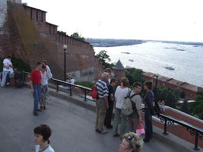 Der Kreml wurde einst auf einem Hügel unterhalb der Okamündung angelegt. Hier blickt man Wolgaaufwärts und sieht links hinter dem Kreml die Oka münden.