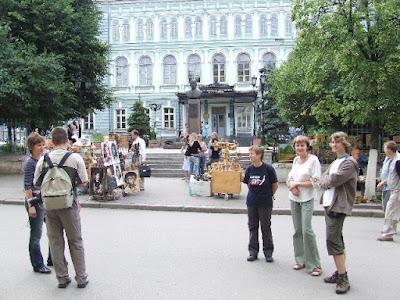 Historische Gebäude säumen die Prachtstraße und Marina und Sweta erzählen uns Wissenswertes darüber.