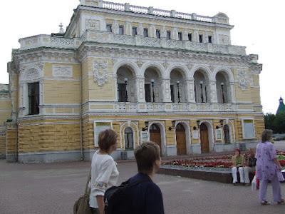 Das Theater in Ekaterinischem Klassizismus - dieser Zuckerbäckerstil wird bis heute in Russlands Architektur gern nachempfunden.