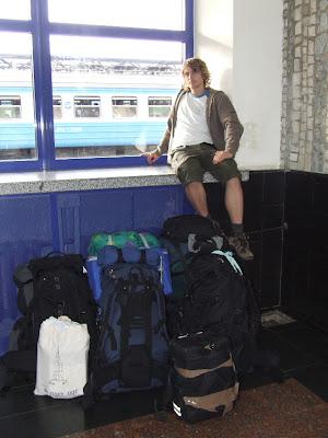 Während Regina, Christian und Oliver noch schnell Proviant beschafften, wartete ich mit Johannes und dem Gepäck in der Bahnhofshalle.