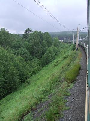 Durch die sanften Hügel des südlichen Ural winden sich die Schienen bis Jekaterinburg.