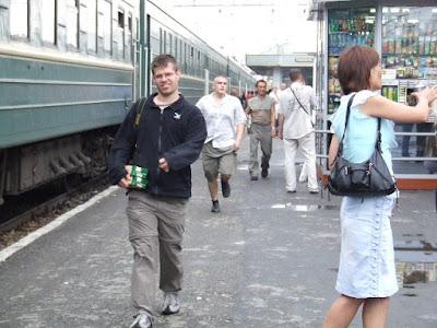 Proviantkauf auf dem Bahnsteig in Jekaterinburg - Oliver mit Verpflegung im Arm.