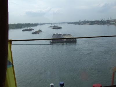 Frachtschiffe auf dem Ob, dem zweiten sibirischen Riesenfluß, den wir nach dem Irtysch passieren.