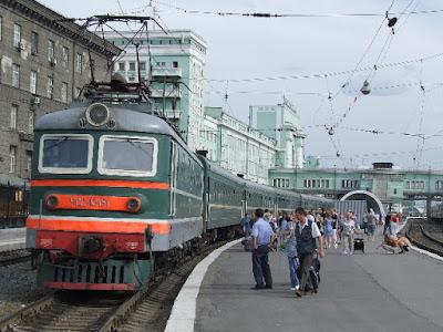 Auf dem Bahnhof von Nowosibirsk - unser Zug steht und am Bahnsteig herrscht emsiges Treiben.