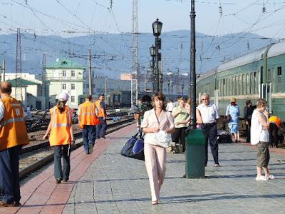 Diesmal ist auch der Bahnsteig neu gepflastert und kein Nebel über dem Jenissei vor den Bergen im Osten.