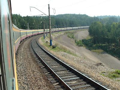 In den gestreckten Kurven durch die Taigalandschaft offenbart sich beim Blick aus dem Fenster die Länge des Zuges.