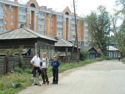 In der Nähe des Marktes (Rynok) stiegen wir aus. Die Irkutsker Innenstadt war geprägt von einem Mix aus alten sibirischen Holzhäusern und moderneren Neubauten.
