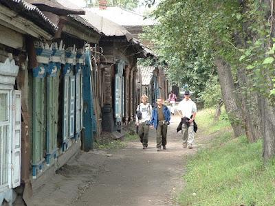 Die Reihen der alten Holzhäuser vor dem Rynok waren in ihrer Vielfalt und Anzahl sehr beeindruckend, auch wenn so manches Häuschen in erbärmlichem Zustand war.