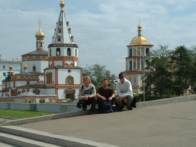 Vor den Stufen zur Aussichtsterasse an der Angara mit einer russisch-orthodoxen Kirche im Hintergrund.