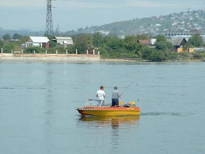 Hier verweilten wir ein ein wenig und schauten von der Terasse über die Angara, wo wir Angler in ihrem Boot beobachteten.
