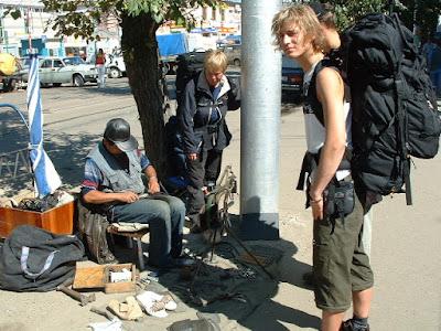 Kleine Reparaturen an einer Sandale und einem Rucksack für ein paar Rubel bei einem chinesischen Flickschuster.