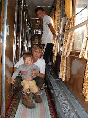 Johannes und Matze mit Manolis, den sie in Wanderstiefel gesteckt haben.