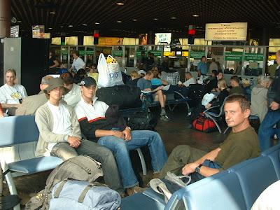 Die Warterei bestand aus Kurzschlaf und zwischendurch aus dem Kampf gegen Selbigen und kleinen Spaziergängen im Flughafengebäude. Der Warteraum war gut gefüllt.