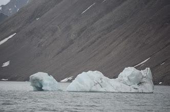 Photo: On commence à croiser des iceberg d'une taille conséquente autour de notre bateau !