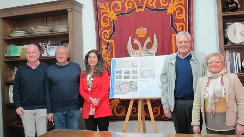 Presentación del nuevo proyecto por el alcalde y diversos concejales veratenses.