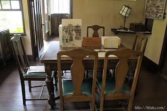 Photo: 食堂の食卓は谷崎家の人たちが実際に使用されていたものだ。
