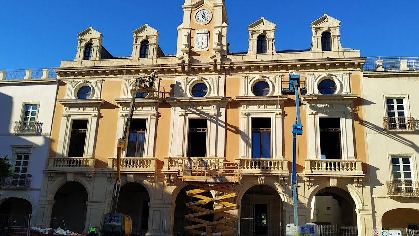 Así está la fachada del Ayuntamiento de Almería