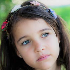 Indira by Lourdes Ortega Poza - Babies & Children Child Portraits ( españa, jardin, flores, miradas, indira, verano, sueños, niña,  )