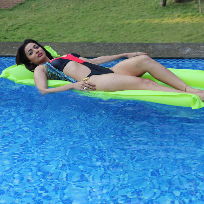 Heena Panchal in swimming pool, Heena Panchal in bikini