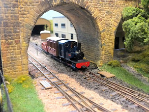 Photo: 019 Sula brings the workmens passénger train under the standard gauge bridge. The train will take the left branch and go through the tunnel behind the signal cabin towards the off-scene processing works .