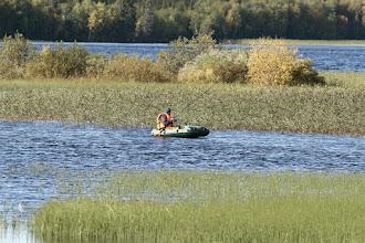 Photo: Venäläinen kalamies kumiveneellä Alajärvellä
