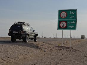 Photo: Přes den 95 km/h, v noci jenom 85 km/h. Podle stylu jízdy, který místní předvádějí, si myslim, že jakékoliv dopravní značky mají v Íránu spíše doporučující charakter.