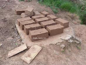Photo: des briques séchent au bord du camino