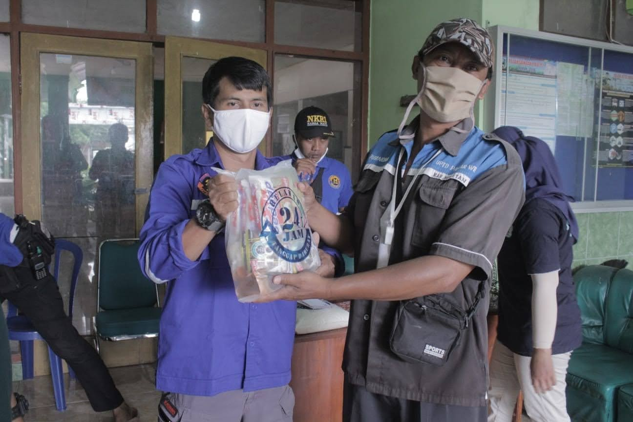 Tanpa Pamrih Relawan 24 Jam Berbagi Sembako Untuk Petugas Kebersihan