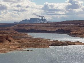 Photo: Au loin la Navajo Power Station, centrale électrique au charbon, il y a des mines dans la région.