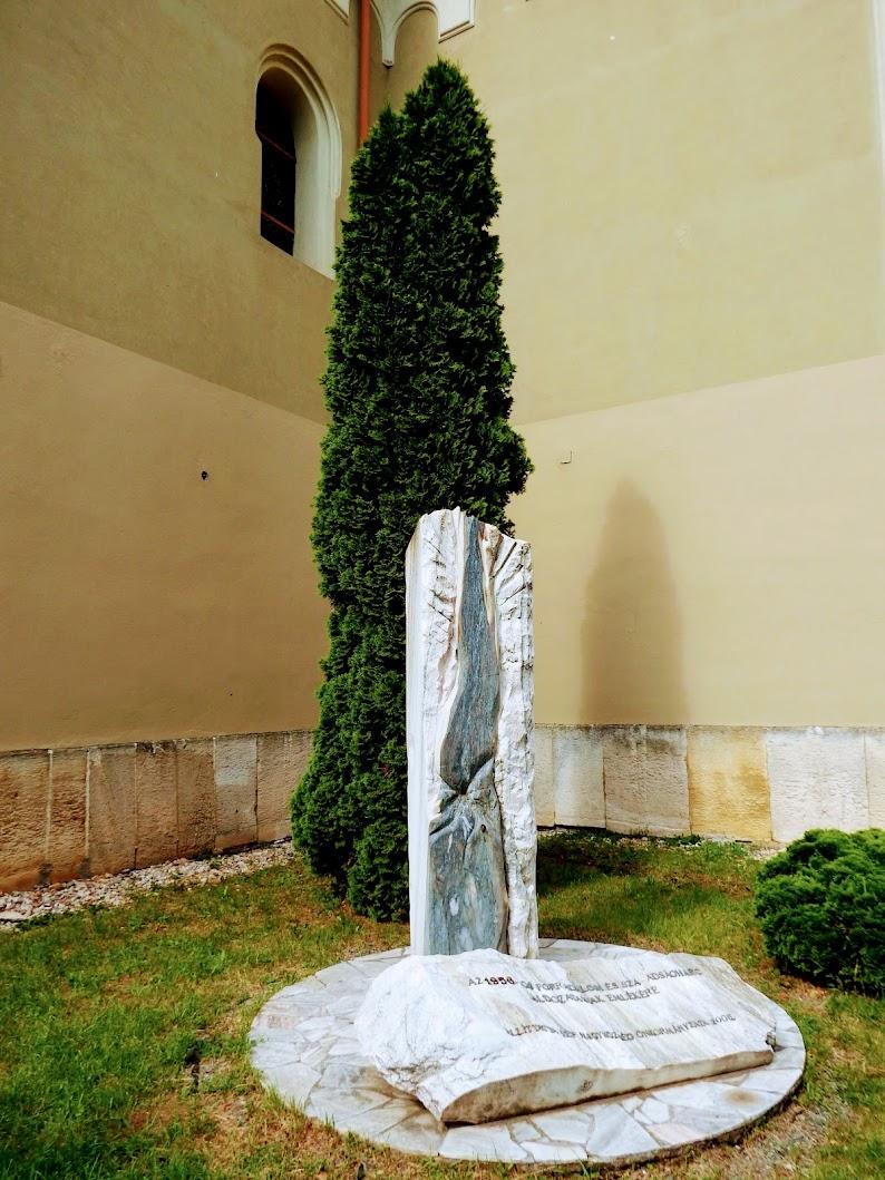 Vép - 1956-os emlékmű a templomkertben