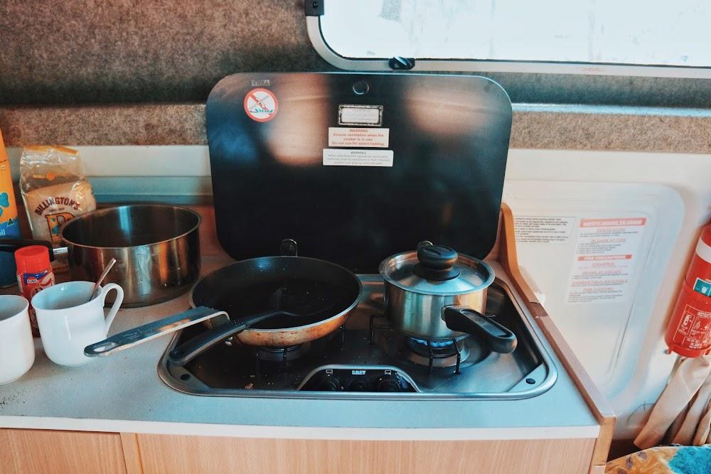 masak di dalam campervan