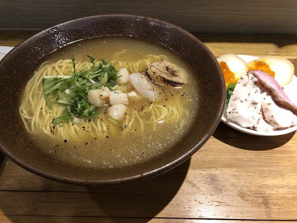 在寒冷的夜晚來一碗熱騰騰的拉麵是最幸福的事,帆立貝的湯頭滿滿的鮮味又不油膩,下次回台還會再度光顧