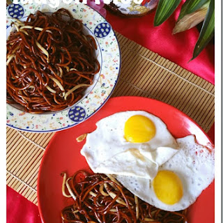 Sarawak Sweet Taugeh or Beansprout Noodles (砂朥越豆芽炒面).