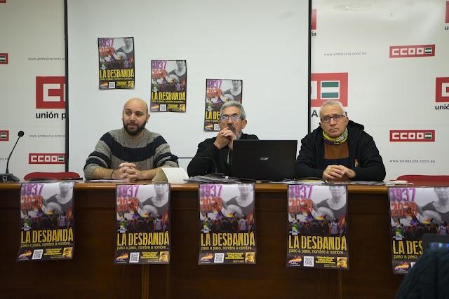 Representantes de AMRA y el Club Senderista La Desbandá.