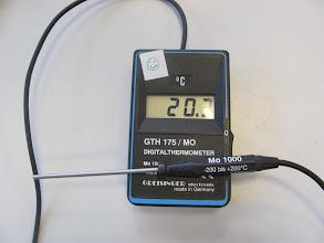 Photo: Schnelle Messung der Raumtemperatur.