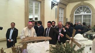 El obispo de Almería junto al presidente de Diputación visitando el Belén.