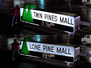 "Photo: As duas cenas no estacionamento do shopping: no início como ""Twin Pines Mall"" e depois, na realidade alternativa, como Lone Pine Mall."