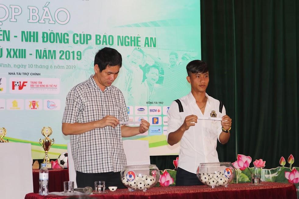 Cầu thủ Phan Văn Đức và nhà báo Thành Châu (Báo Nhân Dân) bốc thăm, chia bảng đấu lứa tuổi thiếu niên