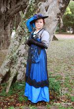 Photo: Vestido Eduardiano, 1912, em tafetá azul e renda francesa preta aplicada em tule, com bordados em pedraria, faixa na cintura e bolsa combinando.   Site: http://www.josetteblanchard.com/  Facebook: https://www.facebook.com/JosetteBlanchardCorsets/  Email: josetteblanchardcorsets@gmail.com josetteblanchardcorsets@hotmail.com
