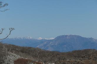 雪のない伊吹山と左に高丸や金糞岳など