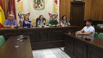 Fotografía de una sesión plenaria en la que participaron la alcalesa de Huércal-Overa (centro) y el edil Jose López (izquierda).