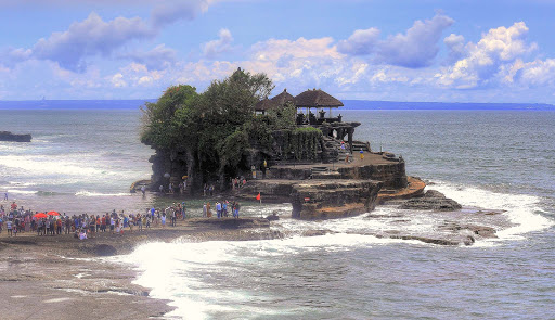 tanah-lot-temple-bali-1.jpg - Tanah Lot temple in Tabanan, one of seven sea temples in Bali, dates to the 1500s.