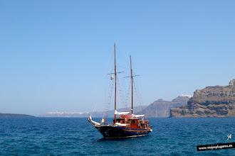 Photo: Santorini es la joya de las Islas Cícladas, un pequeño archipiélago circular formado por islas volcánicas. Este Velero te lleva a la isla Nea Kameni, y puedes subir al cráter del volcán... Santorini, islas griegas.